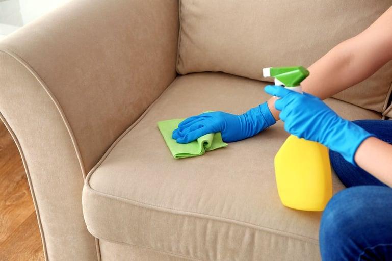 Hoe maak je plas- en sproeiplekken schoon?