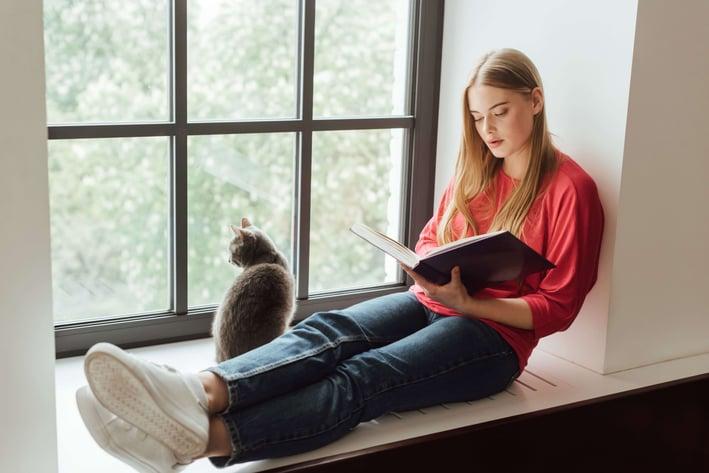 Katze eingewöhnen mit einem guten Buch.